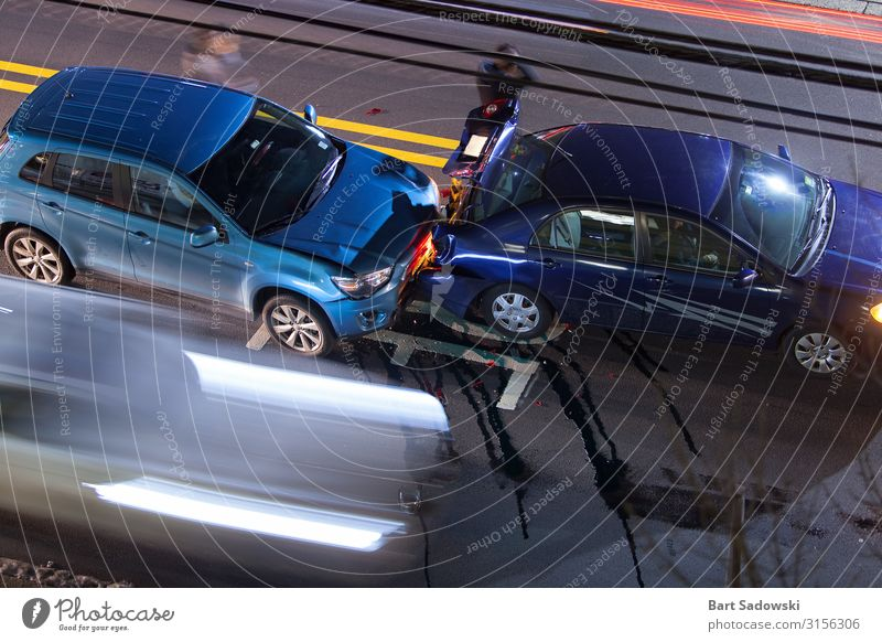 Draufsicht auf den Autounfall, Langzeitbelichtung Ausflug Fahrschule bevölkert Straßenverkehr Verkehrsunfall Fahrzeug PKW fahren Konflikt & Streit authentisch