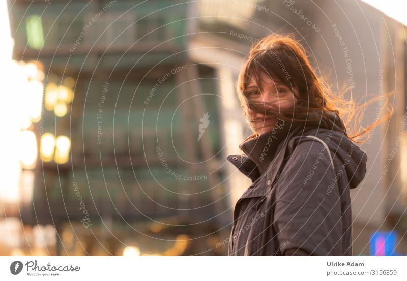 Portrait im Abendlicht Mensch feminin Frau Erwachsene 1 glänzend Lächeln leuchten Glück schön Stimmung Zufriedenheit Warmherzigkeit Romantik Leben Lichtspiel