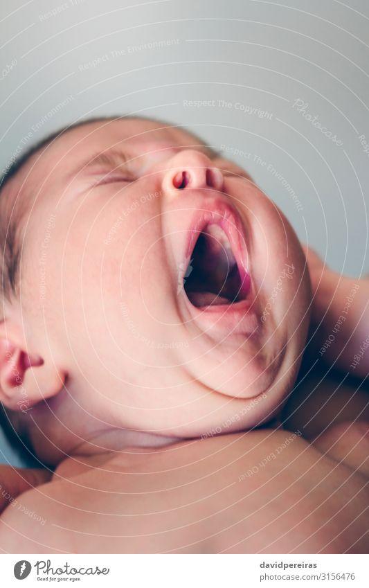 Neugeborenes Baby Mädchen gähnend Lifestyle schön Gesicht Erholung Kind Mensch Frau Erwachsene Kindheit Mund schlafen authentisch klein neu niedlich Müdigkeit