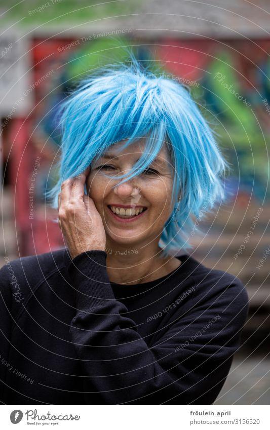 Lachen, Leben, Puderblau 1 Person Außenaufnahme Frau Grafitti Hochformat Lebensfreude Perücke Spass Tageslicht schwarz urban schön attraktiv im Freien lässig