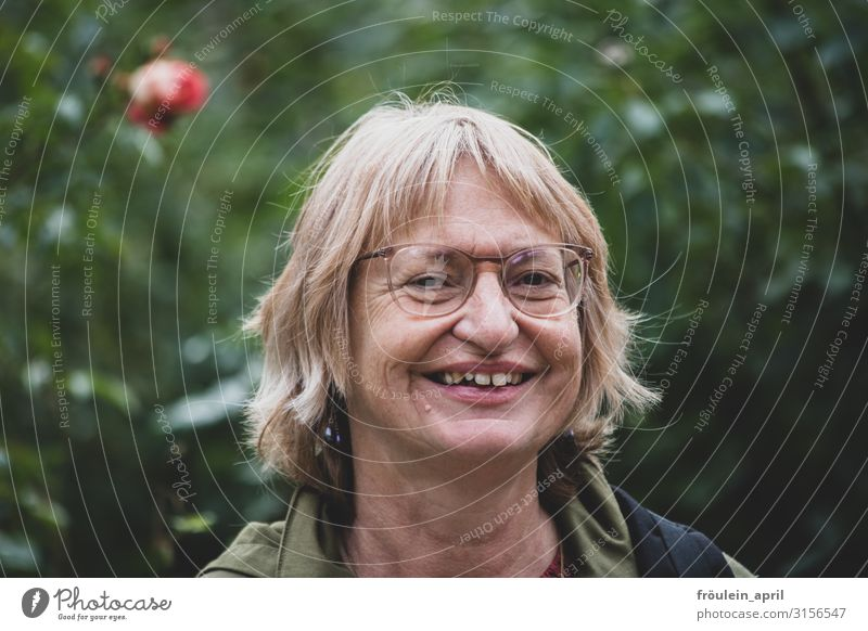 Der Rose Freundin   UT HH2019 Garten feminin Frau Erwachsene Mensch 45-60 Jahre Pflanze Park Brille blond langhaarig grün Querformat Farbfoto Außenaufnahme Tag