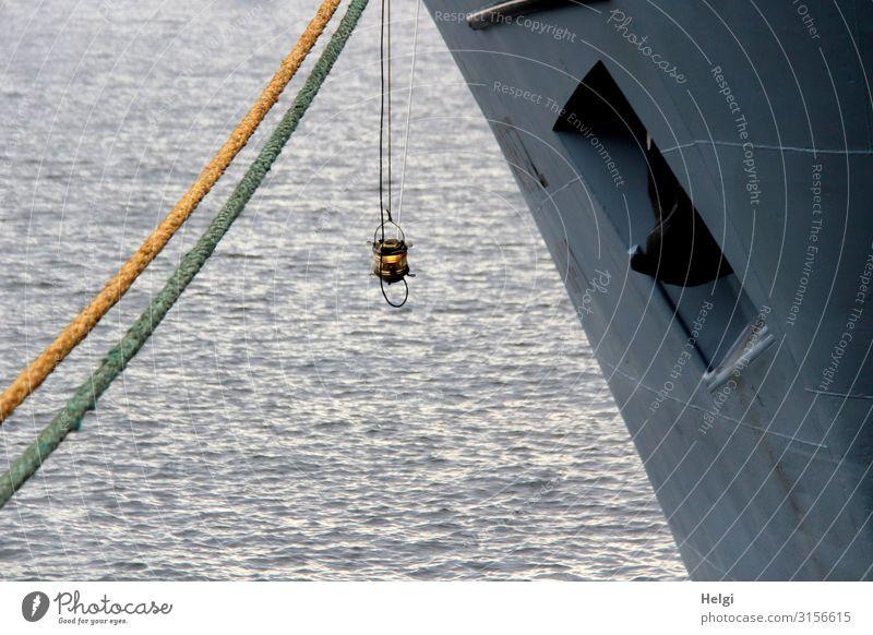 kleine Lampe hängt am Bug eines großen Schiffes, das mit Tauen angebunden ist Umwelt Wasser Fluss Elbe Schifffahrt Wasserfahrzeug Hafen Anker Seil festhalten