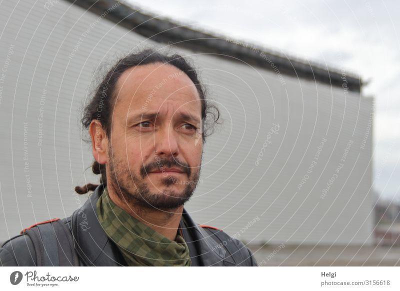 Porträt eines nachdenklich schauenden Mannes mit dunklen Haaren und Bart Mensch maskulin Erwachsene Kopf Haare & Frisuren Gesicht 1 45-60 Jahre Mauer Wand
