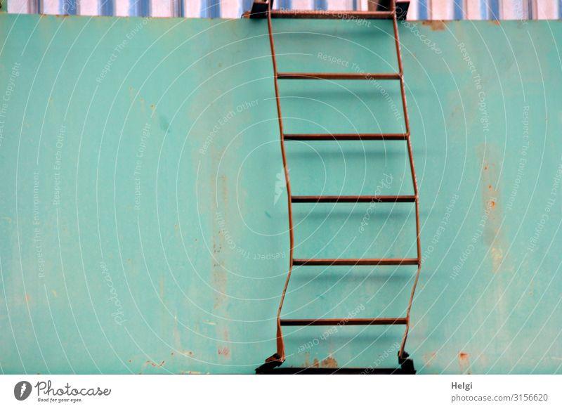 verbogene Leiter aus verrostetem Metall an einer türkisfarbenen Wand Mauer festhalten stehen authentisch außergewöhnlich einfach einzigartig blau braun weiß