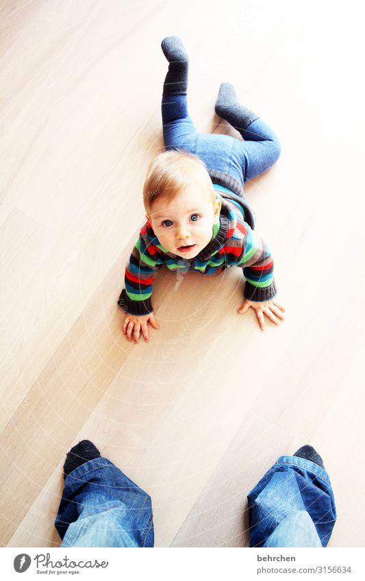 groß und klein Farbfoto Porträt Innenaufnahme 0-12 Monate Liebe Gesicht Junge Mutter Vater Familie & Verwandtschaft Kindheit Baby blaue augen staunen krabbeln