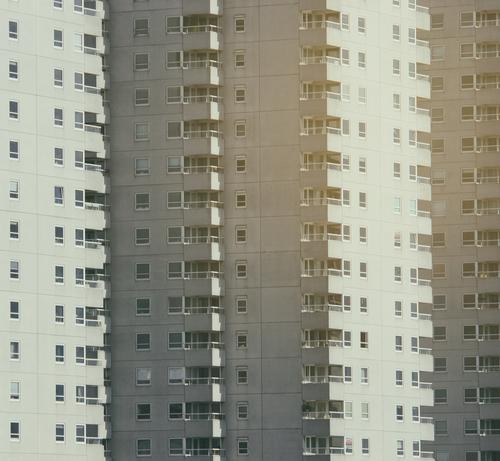 Haushoch Fenster Leben Häusliches Leben Wohnung Hochhaus Wohnzimmer Plattenbau Nachbar Miete Stadthaus Häuserzeile Reihenhaus