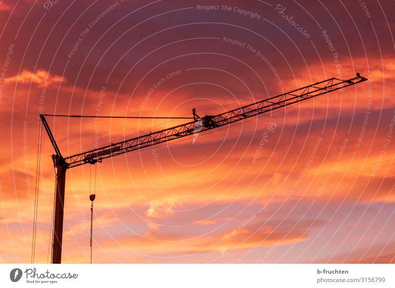 Baukran bei Sonnenaufgang Handwerker Industrie Baustelle Unternehmen Arbeit & Erwerbstätigkeit dunkel rot Wolken Silhouette Maschine Farbfoto Außenaufnahme