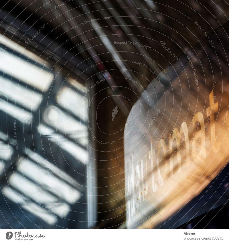 Automat | UT Hamburg Gebäude Bahnhofshalle S-Bahnhof Glastür Schienenverkehr Öffentlicher Personennahverkehr Fahrkartenautomat Glasscheibe Bruchstück