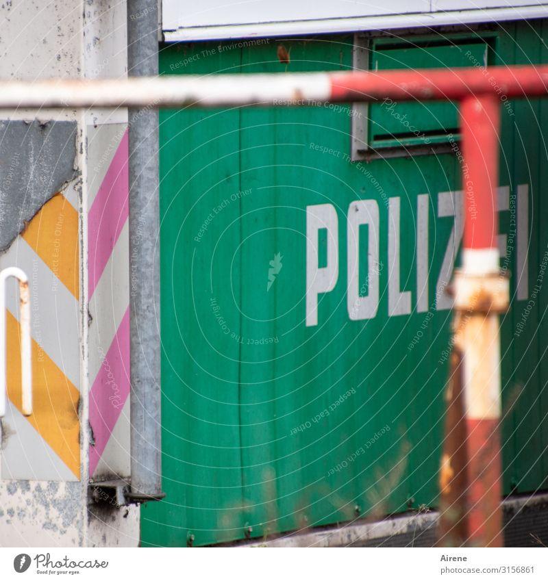 Stehenbleiben - Polizei! | UT Hamburg Polizeiliche Beratungsstelle Baustelle Dienstleistungsgewerbe Barriere Bauwagen Baracke Absperrgitter Holz Metall