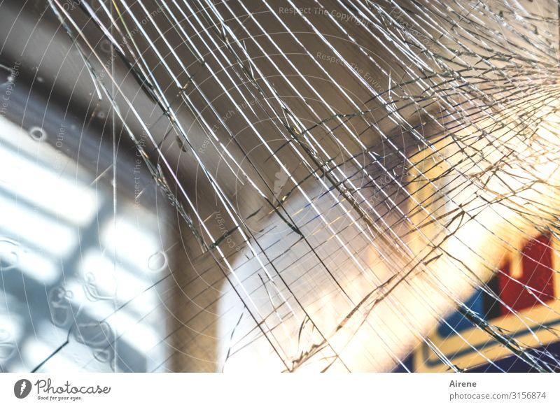 Schraffur Glas kaputt | UT Hamburg Bahnhof Bauwerk Bahnhofshalle S-Bahnhof Glastür Netzwerk Riss mehrfarbig Ärger gereizt Aggression Versicherung Zerstörung