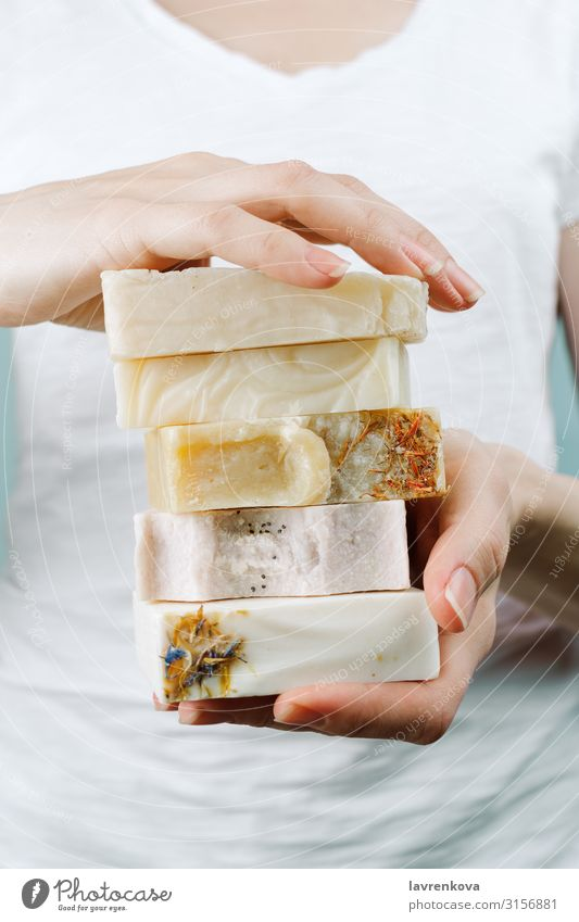 Frauenhände halten einen Stapel handgemachter Seife. Kosmetik Baustein schlitzohrig diy natürlich Routine Beautyfotografie frisch Bar Bad Körper Körperpflege
