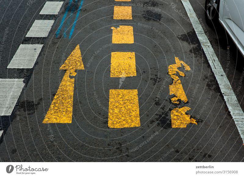 Gerade oder rechts? abbiegen Asphalt Autobahn Ecke Fahrbahnmarkierung Hinweisschild Kurve Linie links Schilder & Markierungen Menschenleer Navigation