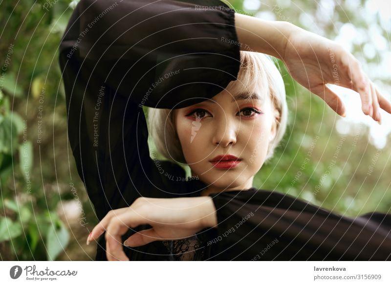 Aasianische Frau hält Hände um ihren Kopf Stil Außenaufnahme oben ringsherum Asiate blond Nahaufnahme niedlich Auge Gesicht gestikulieren Junge Frau Hand kawaii