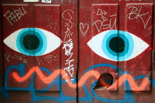 blue eyes | UT Hamburg Künstler Maler Gemälde Hafenstadt Stadtzentrum Menschenleer Bauwerk Mauer Wand Fassade Tür Holz Metall Zeichen Schriftzeichen Ornament