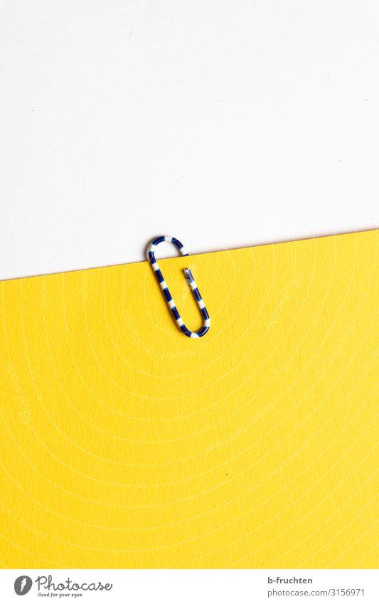 ich klammere mich an dich. Büroarbeit Arbeitsplatz Business Schreibwaren Papier Zettel Zeichen Arbeit & Erwerbstätigkeit wählen gelb weiß Büroklammern