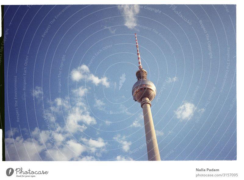Da issa Himmel Wolken Berlin Deutschland Europa Hauptstadt Menschenleer Turm Sehenswürdigkeit Wahrzeichen Berliner Fernsehturm Holz Glas Blick groß blau grau