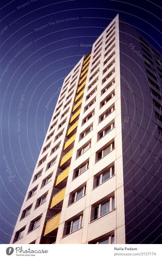 Blau Weiß Gelb Berlin Berlin-Mitte Deutschland Europa Hauptstadt Stadtzentrum Menschenleer Hochhaus Bauwerk Gebäude Architektur Plattenbau Fassade Balkon