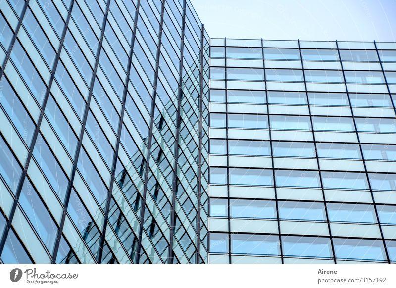 langweilige Glasfront | UT Hamburg Hochhaus Architektur Fassade Glasfassade Linie groß hell hoch kalt Stadt blau schwarz weiß Ordnungsliebe ästhetisch Business