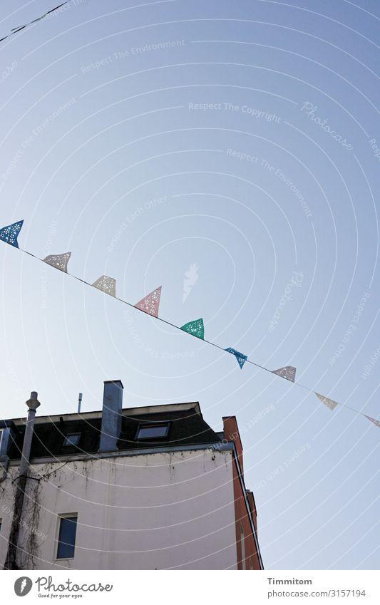 Heiterkeit in Köln Feste & Feiern Umwelt Himmel Wolkenloser Himmel Schönes Wetter Stadt Haus Mauer Wand Kamin Dach hängen blau grün rosa Lebensfreude Fahne