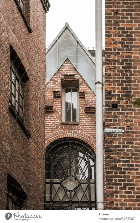 dazwischen | UT Hamburg Stadt Stadtzentrum Altstadt Haus Architektur Altbau Ziegelbauweise Backsteinfassade Giebelseite Dachgiebel Fenster Durchgang Dachrinne
