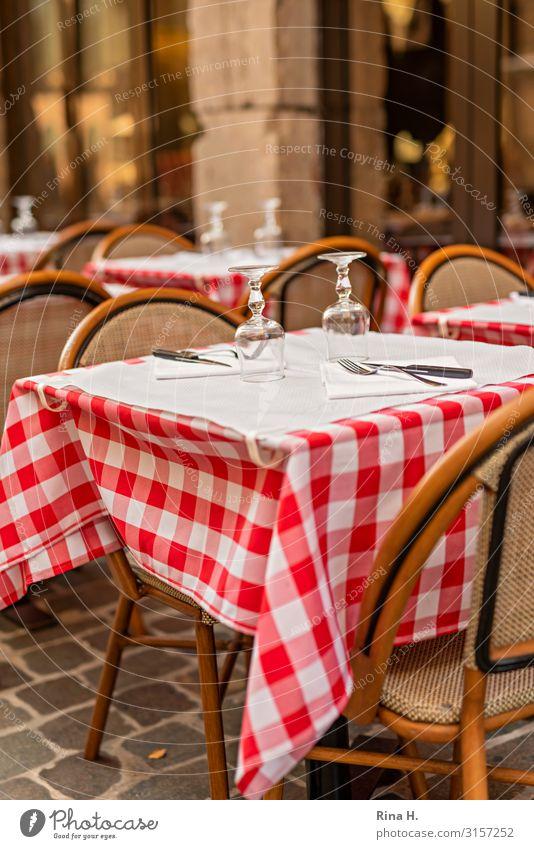 Gedeckt Glas Lifestyle Freude Glück Restaurant Essen trinken Terrasse warten authentisch Lebensfreude Gastronomie Tischwäsche kariert Stuhl Außenaufnahme