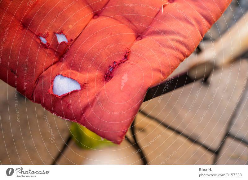 Verschlissen Kissen authentisch kaputt rot Vergänglichkeit Stuhl Loch Farbfoto Menschenleer Schwache Tiefenschärfe Vogelperspektive