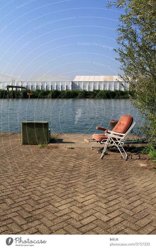 Alter Sessel und Stuhl, am Rhein in Basel. ruhig Sommer Wasser Himmel Schönes Wetter Architektur Einsamkeit alt Flussufer kaputt retro Retro-Trash Antiquität