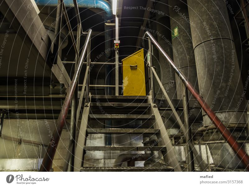 Not Aus Energiewirtschaft Kohlekraftwerk Industrieanlage Gebäude Treppe Stahl blau gelb grau rot Schalter Röhren Farbfoto Gedeckte Farben Innenaufnahme