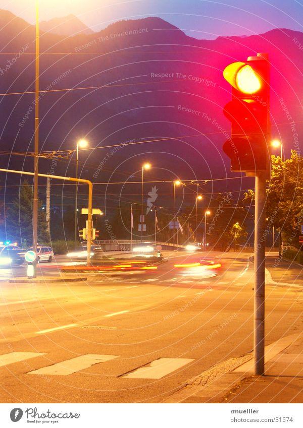 HALT Ampel rot Nacht Langzeitbelichtung Dinge Straße PKW