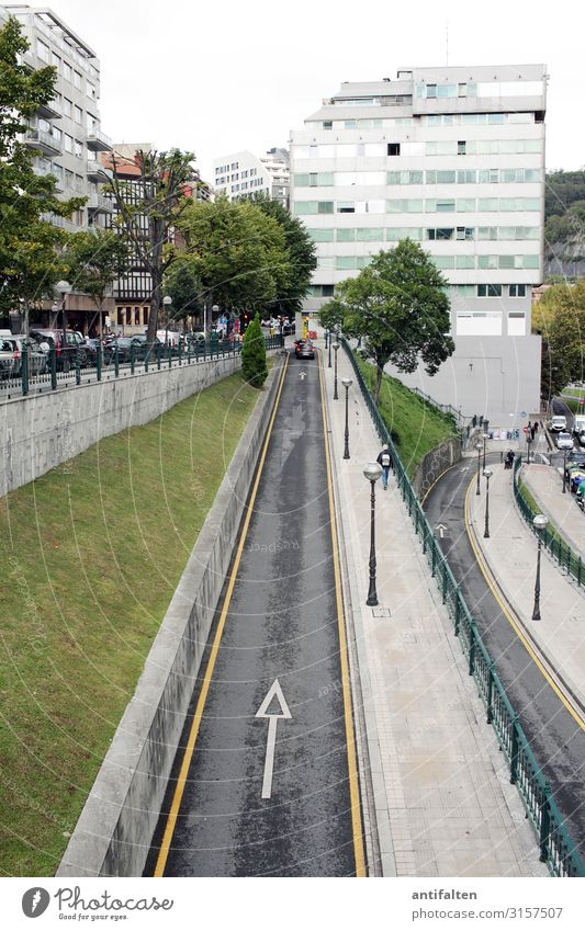 Da lang Ferien & Urlaub & Reisen Tourismus Sightseeing Städtereise Bilbao Spanien Europa Stadt Stadtzentrum Altstadt Fußgängerzone bevölkert Haus Bankgebäude