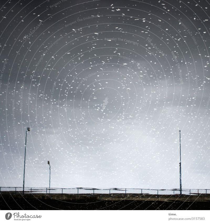 Sternenhimmel-Fake über Brücke | unscharf Wasser Himmel Wolken Fluss Saale Halle (Saale) Brückengeländer Lampe Straßenbeleuchtung dunkel einfach maritim nass