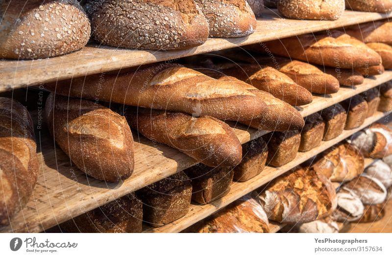 Brotsorte auf Holzregalen. Bäckereiwaren. Frisch gebacken Brötchen Ernährung Frühstück gelb Tradition Sortiment Hintergrund Backwaren Transparente
