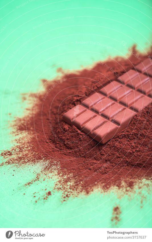 Kakaopulver und eine Milchschokoladentafel Dessert Süßwaren Schokolade braun Tradition Weihnachtsküche Hintergrund Tafelschokolade Schokoladenbrocken