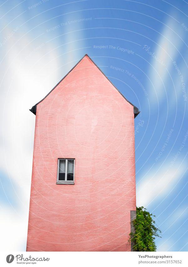 Rosa Haus mit nur einem Fenster gegen den blauen Himmel Kultur Traumhaus Hochhaus Gebäude Architektur Fassade alt außergewöhnlich lustig retro rosa Einsamkeit