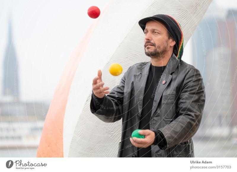 Jongleur am Elbufer Künstler Mensch maskulin Mann Erwachsene 1 45-60 Jahre Jacke Leder Mütze Bart Ball Jonglierbälle werfen sportlich trendy Freude