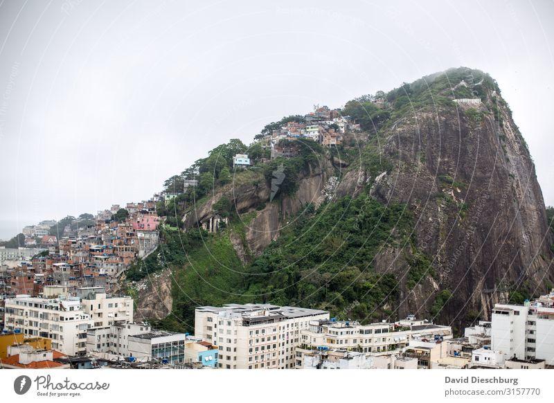 Mitten in Rio de Janeiro Ferien & Urlaub & Reisen Städtereise Landschaft Himmel Hügel Stadt überbevölkert Haus Hütte Armut gleich Problemlösung Reichtum