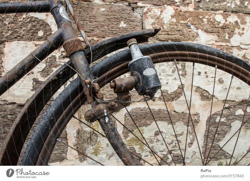 Detail eines historischen Hahrrads. Bike Rad Fahrrad bicycle Verkehr Nostalgie Fahrzeug Tradition Bewegung wand wall England schloss Burg Geschichte Technik