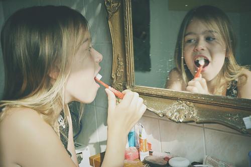 zähneputzen Kind Mädchen Kindheit Zahnpflege Zahnbürste Gesicht Spiegel Zahncreme Barockrahmen Spiegelbild Bad Zähne Gebiss Profil Körperpflege Hand