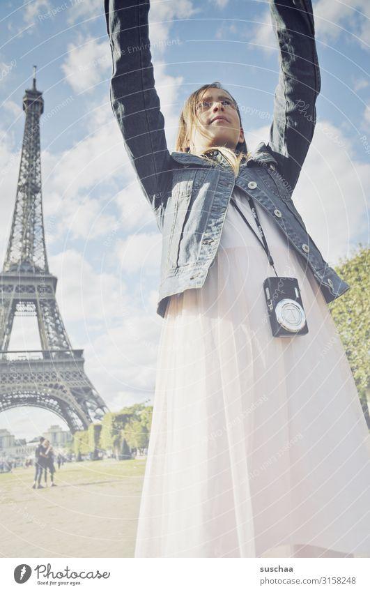 selfie in paris Kind Ferien & Urlaub & Reisen Jugendliche Junge Frau Stadt Mädchen Gebäude Ausflug Arme Fotografie Turm Wahrzeichen Kleid Handy Fotokamera Paris