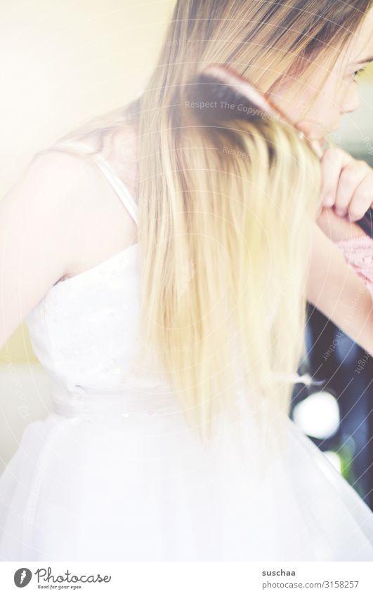 haarekämmerin Mädchen Kind schön süß Haare & Frisuren langhaarig blond Haarpflege Bürste Haarbürste Arme Hand Kleid Finger Momentaufnahme hell Kindheit