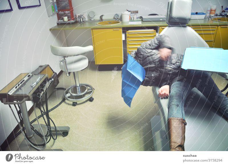 warten auf den zahnarzt (2) Kind Mädchen Praxis Zahnarzt Zahnarztstuhl Praxiseinrichtung Behandlungszimmer Zahnschmerzen Angst Vorsorge Zahnheilkunde
