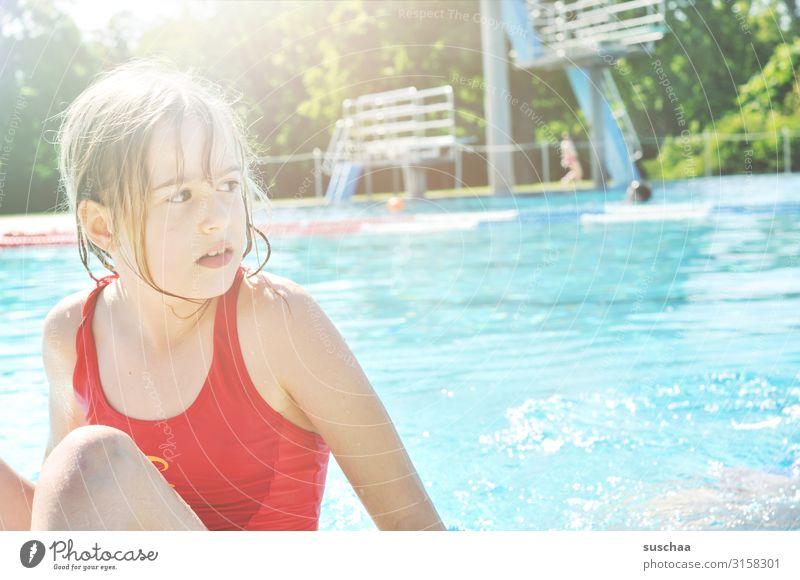 kind im schwimmbad Kind Mädchen Schwimmbad Schwimmerbecken Wasserbecken erfrischend Sommer heiß Badeanzug Sprungbrett hell Sonnenschein Erholung