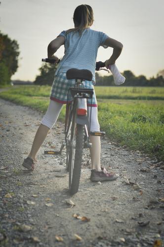 fahrradfahrerin Fahrrad Fahrradfahren Fahrradtour Kind Mädchen Ausflug Herbst Herbstausflug aufsteigen Natur Außenaufnahme Kindheit Wege & Pfade Fußweg Feld