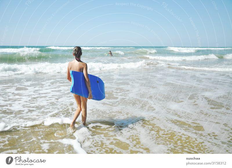 mädchen mit surfbrett am strand Sommerferien Freizeit Himmel Reisen Sonnenlicht Küste Sommerurlaub spielen Surfbrett Horizont Wellen Kindheit Außenaufnahme
