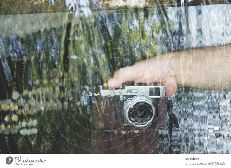 wasser fotografieren Fotografie Fotokamera Fotografieren Bild Durchblick durchsichtig Wasser fließen Bewegung Hand Linse Objektiv Versuch Experiment männlich