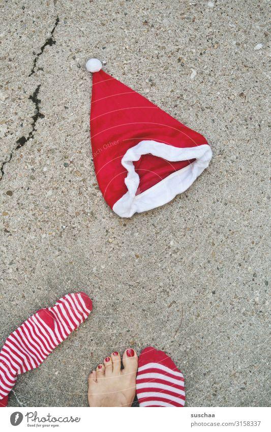 nikolausi Weihnachtsmann Weihnachten & Advent Nikolausmütze Straße Asphalt Riss Fuß Füße Barfuß Zehen lackierte Zehennägel rot Strümpfe gestreift Tradition