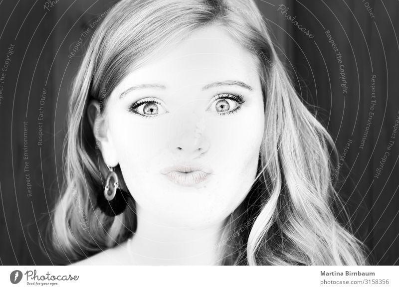 Porträt eines schönen Teenagers, schwarz-weiß Lifestyle Reichtum Glück Haut Gesicht Mensch Frau Erwachsene Jugendliche Lippen Kunst Mode authentisch frei frisch