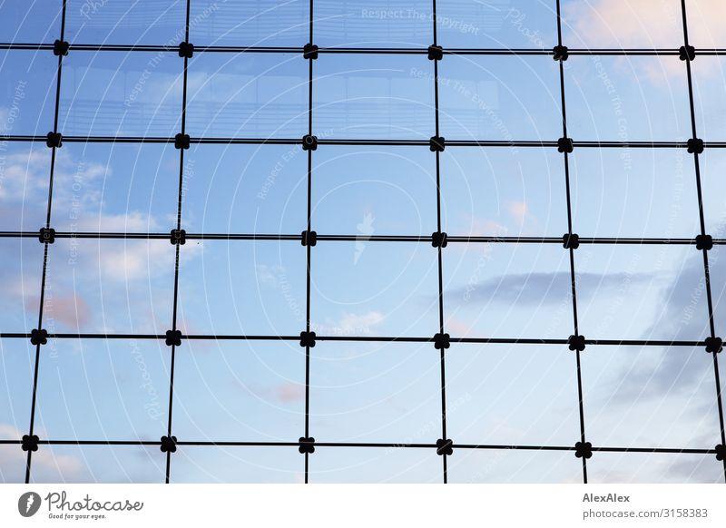UT HH 19 | Gitter und Glasscheiben vor blauem Himmel Fenster Muster Wolken Begrenzung gefangen rückwärts unfrei Ferne offen ästhetisch bedrohlich Stadt Rechteck