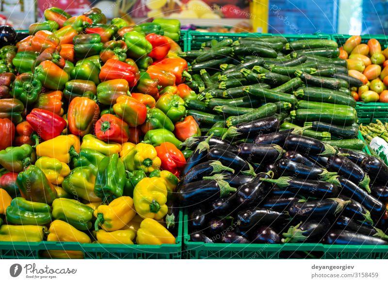 Arrangierte Auberginen, Paprika und Zucchini. Lebensmittel Gemüse kaufen Marktplatz stehen verkaufen Supermarkt Paprikaschoten Sortiment Haufen Regale Varieté