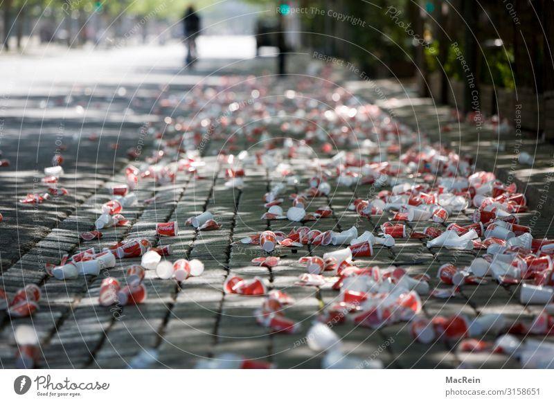 Plastikmüll auf der Straße Becher Flasche Nachtleben Party Feste & Feiern trinken Verkehrswege Verpackung Dose Kunststoffverpackung rot Plastikbecher